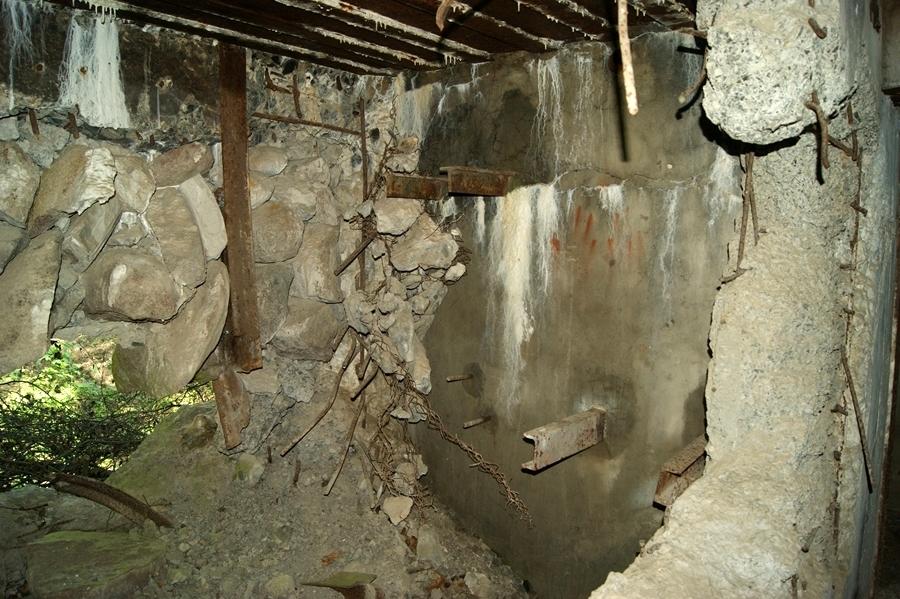 Zdjęcie 09. Widok bocznej ściany prawej izby bojowej.