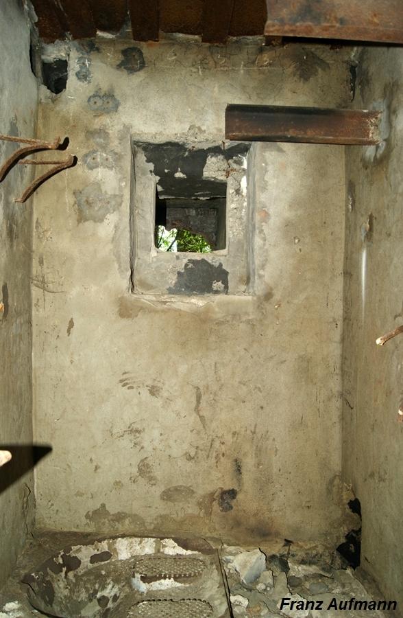 Zdjęcie 13. Pomieszczenie socjalne WC ze strzelnicą obrony wejścia.