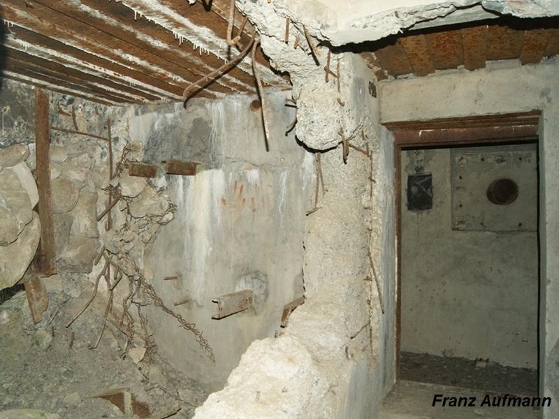 Zdjęcie 05. Widok ze śluzy w kierunku wejścia do schronu (po prawej stronie widoczna jest czerpnia powietrza w korytarzu) i izby bojowej (po lewej stronie).