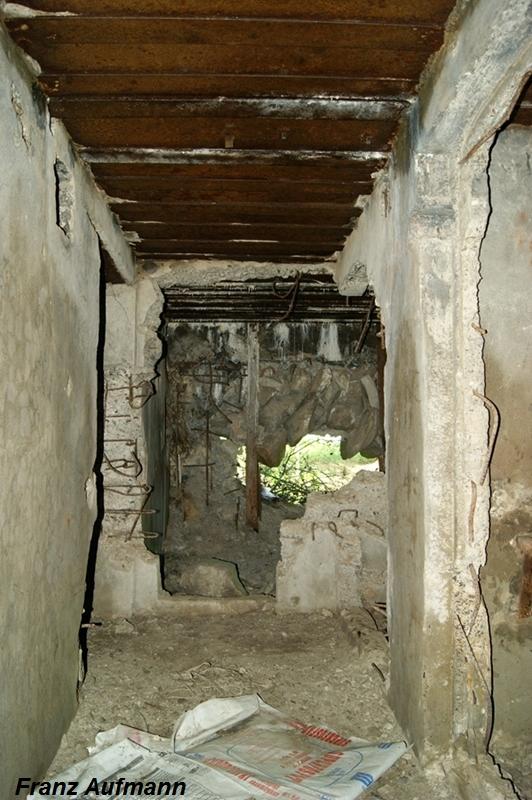 Zdjęcie 07. Widok w kierunku prawej izby bojowej. Po lewej stronie wejście do izby załogi a po prawej strony do pomieszczenia socjalnego-WC).