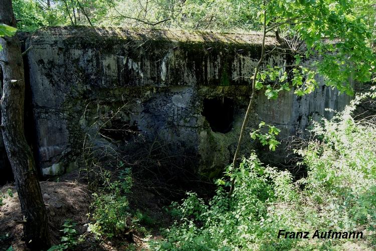 Zdjęcie 02. Widok ściany bocznej prawej izby bojowej.