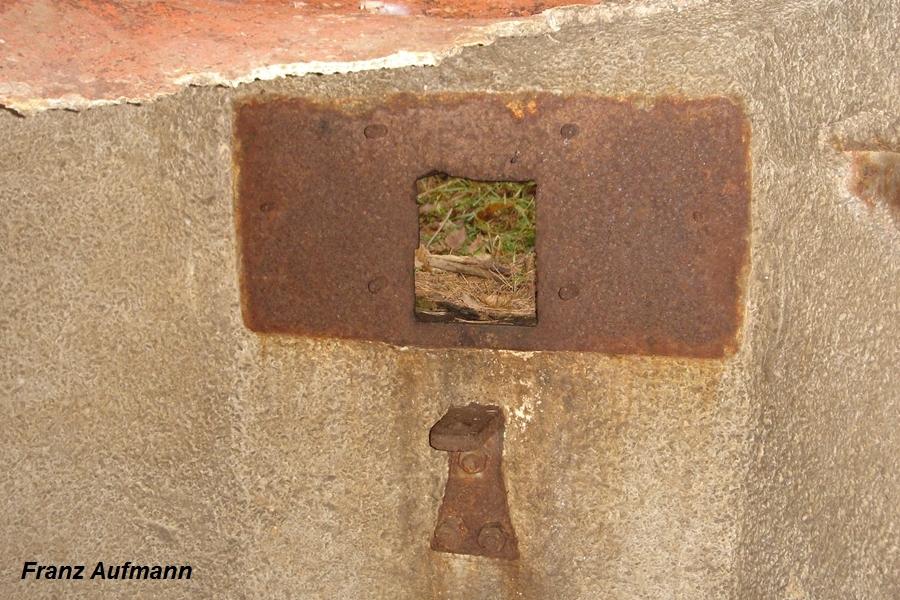 Fot. 04. Strzelnica pancerza stanowiska ckm wg. Instrukcji Fort. 22-1934. W lewym górnym rogu widoczny jest odpadający płat wykładziny korkowej.