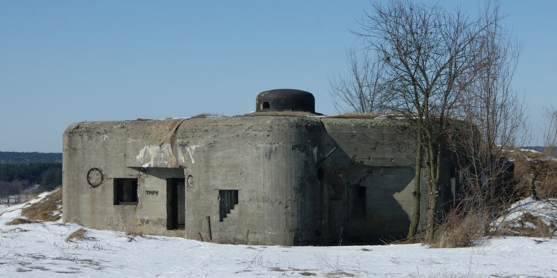Fot. 1. Ciężki schron bojowy z Nowogrodu nad Narwią z wyrzutnią ładunków oświetlających (znajduje się pomiędzy strzelnicami obrony zapola).