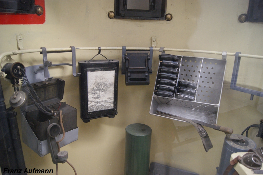 """Fot. 15 Zdjęcie wnętrza zrekonstruowanej Kopuły obserwacyjno-bojowej GFM, wykonane w muzeum dużej grupy warownej 'Fermont""""."""