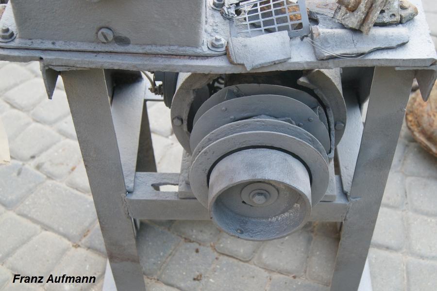 Fot. 04. Widok koła przekładni pasowej osadzonej na wałku prądnicy i koła przekładni z paskiem klinowym dla napędu wentylatora.