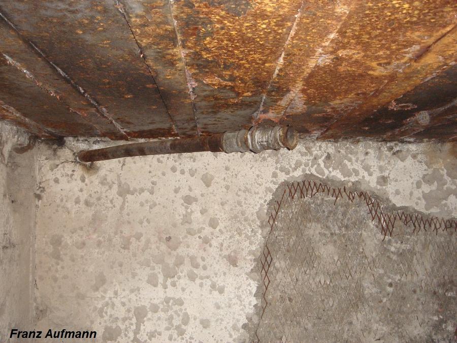 Fot. 06. Maszynownia, zachowana rura odprowadzająca spaliny na zewnątrz schronu