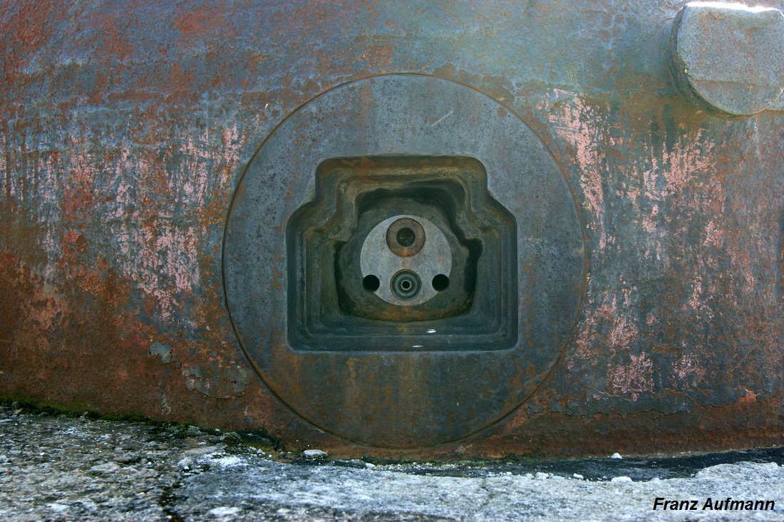 Fot. 02. Strzelnica z jarzmem kulistym kopuły bojowej A.M. z 1934 roku (cloche A.M. modèle 1934 type B).