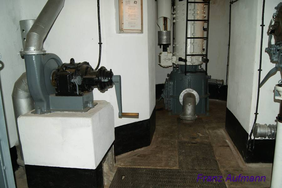 Fot. 05. Widok podszybia kopuły bojowej A.M. z 1934 roku (cloche A.M. modèle 1934 type B) w bloku bojowym małej grupy warownej Rohrbach. Po lewej stronie wentylator do odsysania gazów prochowych.