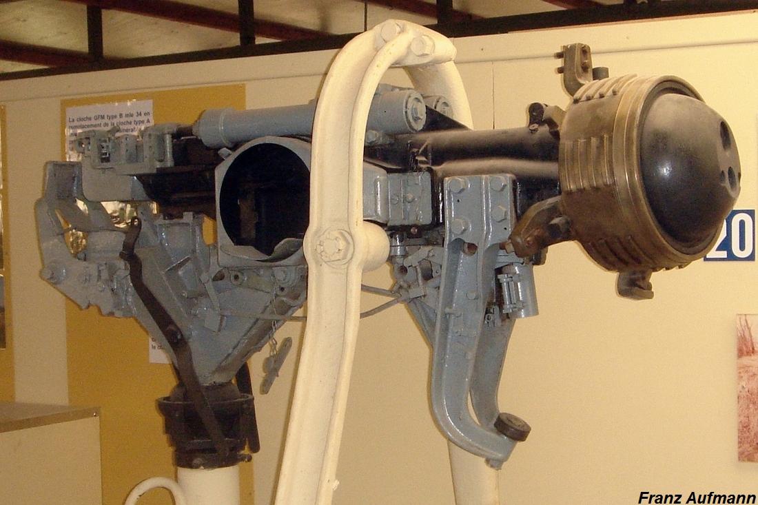 Fot. 08. Korpus z uzbrojeniem, jarzmem kulistym z obudową do mocowania w strzelnicy . Widoczne jest wahliwe mocowanie korpusu do ramy nośnej. Istotnym rozwiązaniem jest wspornik z rolką, znajdujący się pomiędzy ramą nośną a jarzmem kulistym.