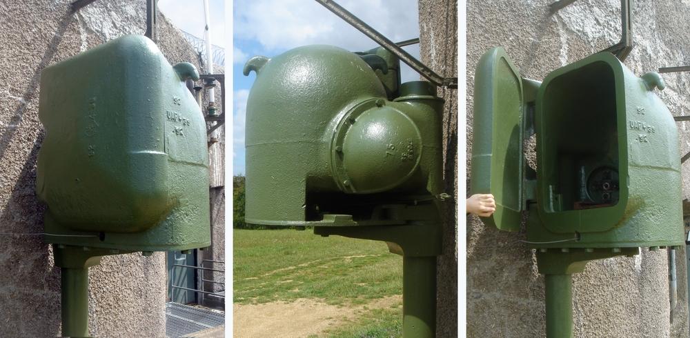 Fot. 3. Pancerz reflektora małej grupy warownej Bois du Four (A5). Widoczna jest dźwignia, otwierająca pokrywę, z zamocowanym cięgnem. Aby ta dźwignia mogła spełnić swoje zadanie, cięgno musi przechodzić przez otwór w pancerzu poniżej uchylnej pokrywy.