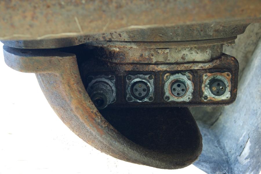Fot. 5. Pod deklem, mocowanym do tylnej części pancerza, znajdowały się podłączenia zewnętrznego kabla zasilającego i kabli sterowania reflektorem.