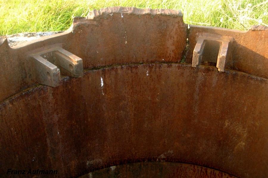 Fot. 04. Widok na pozostałości po górnej części kopuły ze wspornikami do mocowania ckm.