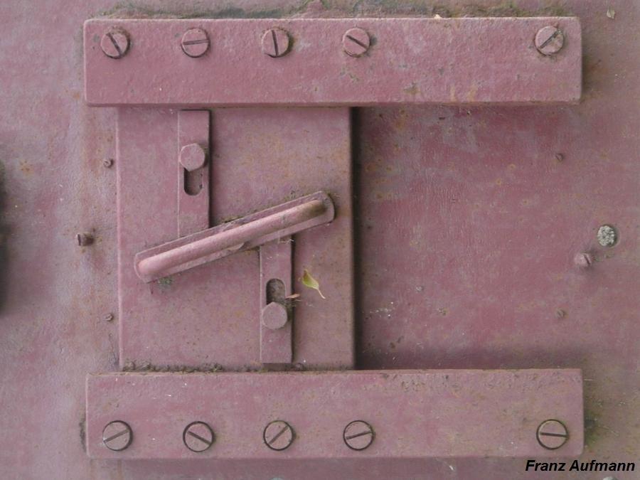 Fot. 04. Płyta stalowa ze strzelnicą 422P01. Widok zasuwy strzelnicy.