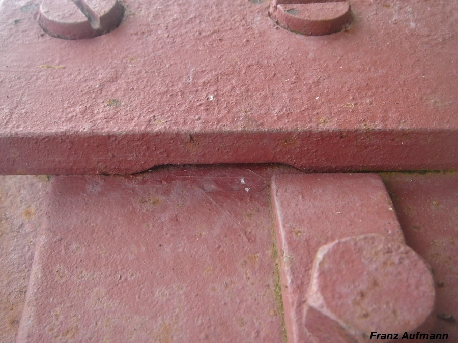 Fot. 05. Płyta stalowa ze strzelnica 422P01. Wycięcie w prowadnicy na rygiel.