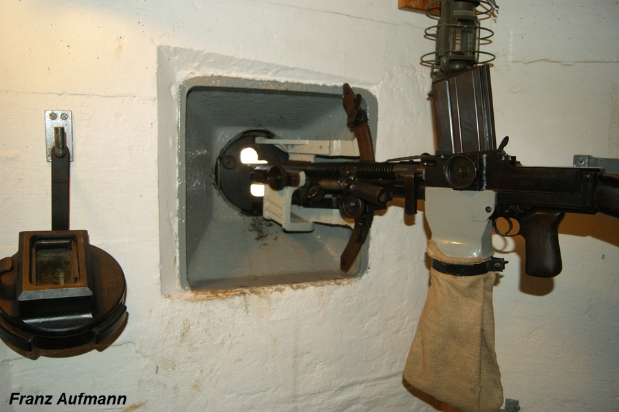 Fot. 05. Widok pancerza strzelnicy z osadzonym modułem z lawetą i ręcznym karabinem maszynowym wz. 26.