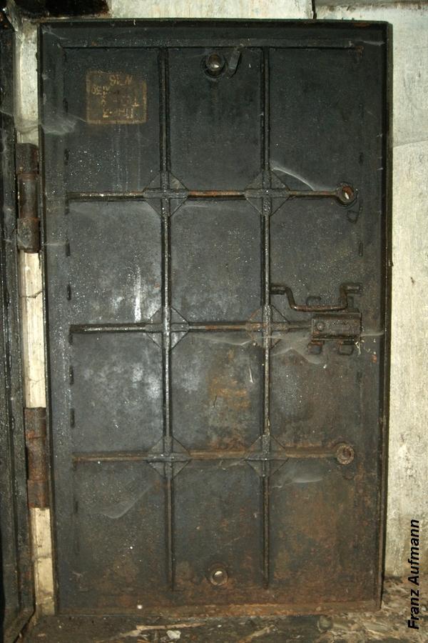 Fot. 13. Gazoszczelne drzwi wejściowe. Drzwi pozbawione są czterech dźwigi ryglujących, kątowników mocujących uszczelkę i uszczelki.