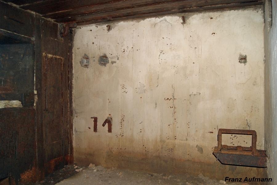 Fot. 06. Boczna ściana izby bojowej dwukondygnacyjnego schronu PPK. Po lewej stronie pancerz skrzynkowy stanowiska bojowego ckm. Po prawej stronie podstawa pod wentylator na dwóch wspornikach osadzonych w tylnej ścianie izby.