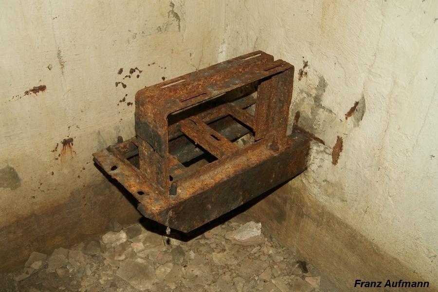 Fot. 03. Podstawa pod wentylator na wspornikach osadzonych w ścianie izby