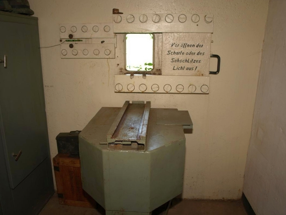 Fot. 07. Widok izby bojowej ze stalową płytą 7P7.