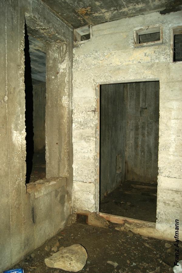 Fot. 14. Pomieszczenie z filtrami i wentylatorem. Po prawej stronie wejście z izby załogi. Po lewej wejście do maszynowni.