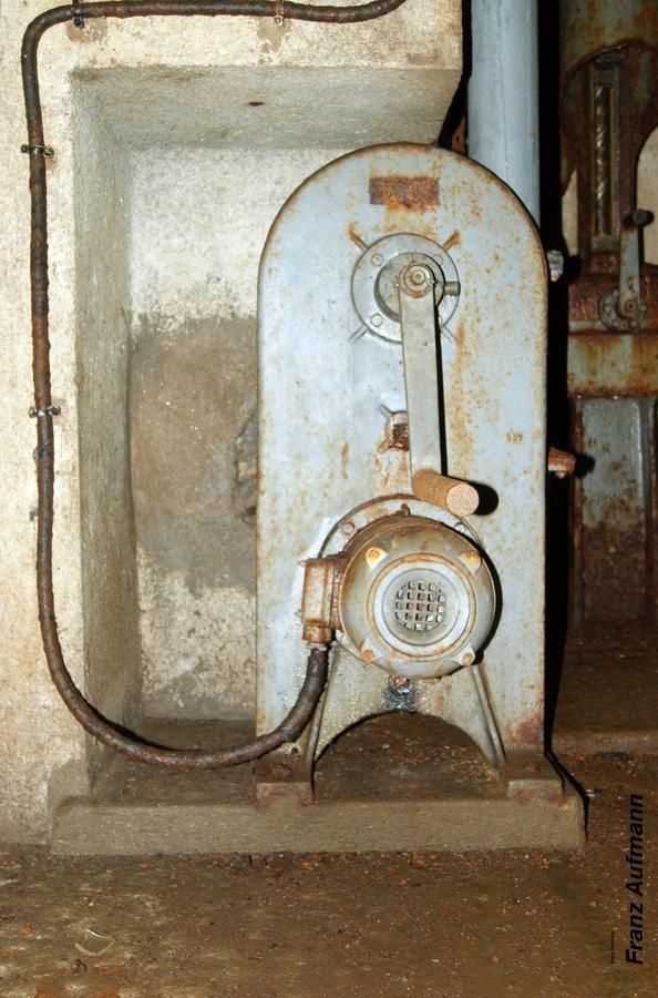 """Fot. 11. Wentylator odsysający gazy prochowe z napędem elektrycznym (ręcznym awaryjnym) stosowany w grupach warownych. Zdjęcie wykonane w grupie warownej """"Michelsberg""""."""
