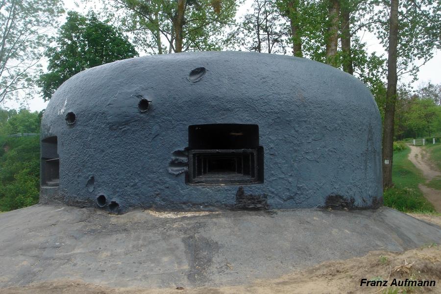 Fot. 02. Polska gazoszczelna kopuła bojowa na ckm z 1937 roku, wyprodukowana przez Zakłady Ostrowieckie (Nowogród nad Narwią). Zdjęcie wykonane w 2005 roku, jeszcze z zachowaną wkładką w dolnej części strzelnicy.