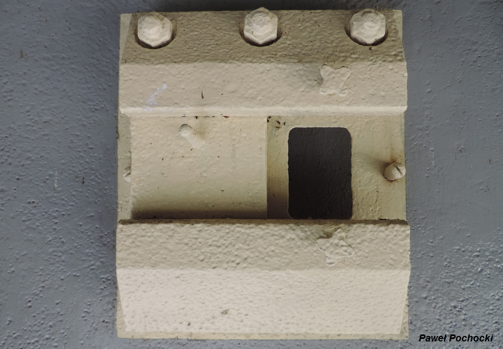 Fot. 01. Widok pancerza strzelnicy dla broni ręcznej 48P8 od strony izby. Zdjęcie wykonano w Muzeum Wojska Polskiego w Drzonowie (Zielona Góra).