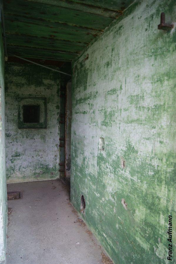 Fot. 07. Korytarz wejściowy, chroniony strzelnicą. W prawej ścianie przy posadzce umieszczono otwór odprowadzający powietrze ze śluzy przeciwgazowej.