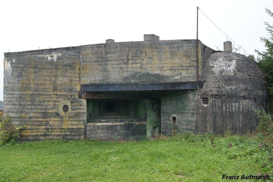 Fot. 04. Regelbau R 105b w widoku od strony zapola. W elewacji schronu umieszczono dwie czerpnie powietrza, chronione staliwnymi pancerzami.