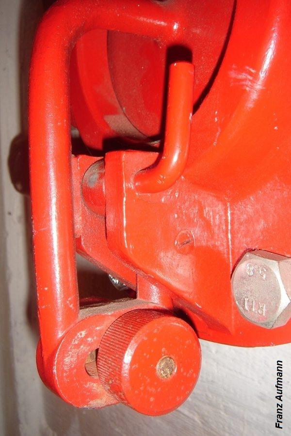 Fot. 02. Widok dźwigni z ciężarkiem do zmiany progu zadziałania zaworu. Nad ciężarkiem, dźwignia z mechanizmem mimośrodowym do blokowania zaworu.
