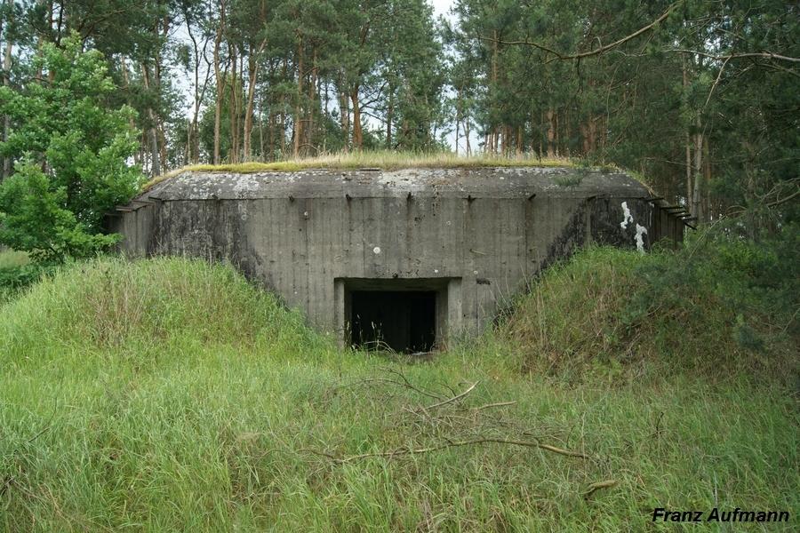 Fot. 02. Ściana czołowa dwukondygnacyjnego schronu ODOT na 3 armaty przeciwpancerne. Lokalizacja: Prosienica - Zambrowski Rejon Umocniony.