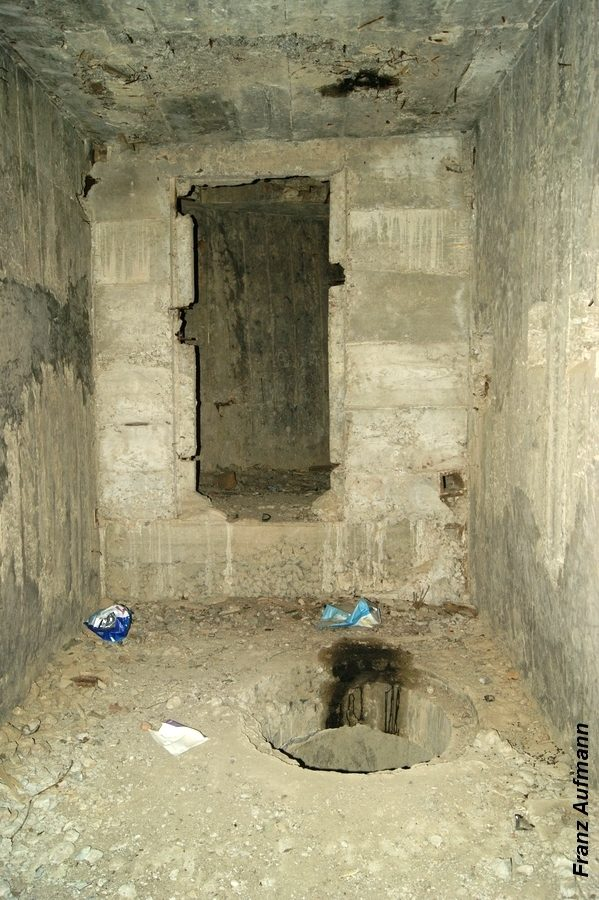 Fot. 11. Pomieszczenie dla filtrów przeciwchemicznych. W głębi wejście do ciągu komunikacyjnego. Na pierwszym planie cylindryczny zarys studni.