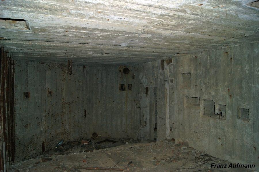 Fot. 13. Widok maszynowni od strony izby załogi. Nie wykonano ścianek działowych między pomieszczeniami. Widoczne jest obniżenie poziomu posadzki w części przeznaczonej na maszynownię.