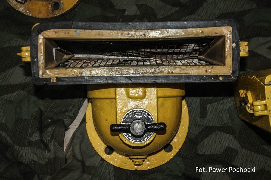 Fot. 04. Filtr powietrza VW – ze zdjętą pokrywą. Wewnątrz zamontowany wymienny wkład filtracyjny.