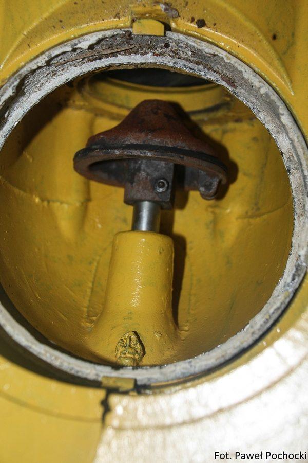 Fot. 08. Mechanizm zamykania przewodu zasilającego.