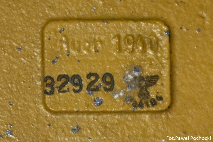 Fot. 12. Sposób cechowani jednego z producentów filtra przeciwpyłowego VW. Podano rok produkcji oraz numer filtra. Po prawej stronie stempel odbioru technicznego Waffenamt.