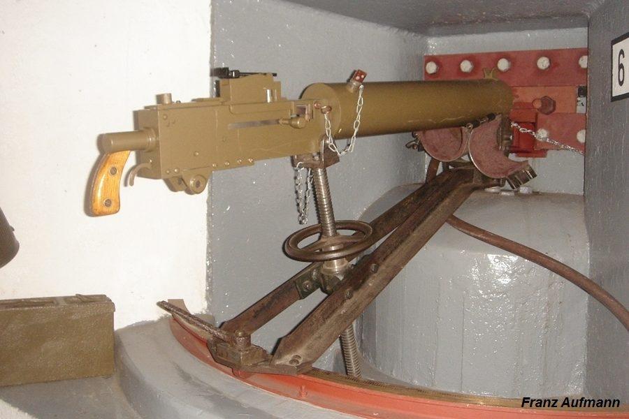 Fot. 06. Widok zrekonstruowanego stanowiska bojowego ckm za płytą pancerną z 1936 roku.