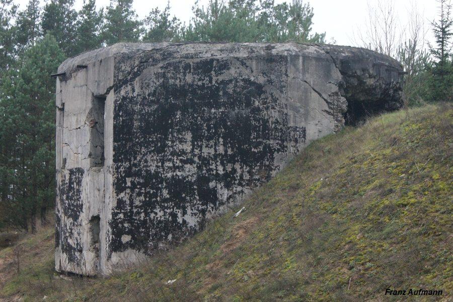 Fot. Linia Mołotowa. PDOT - dwukondygnacyjny schron na trzy ciężkie karabiny maszynowe i rkm w widoku od prawej strony (Wąsosz Osowiecki Rejon Umocniony).