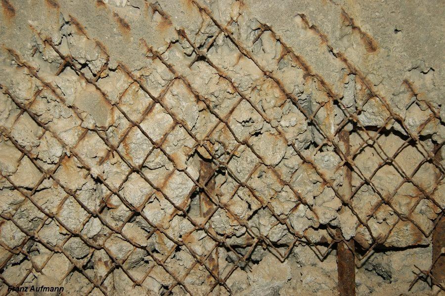 Fot. xx. Siatka druciana miała przeciwdziałać powstawaniu odłamków skruszonego betonu podczas uderzeń pocisków i dużym kalibrze.
