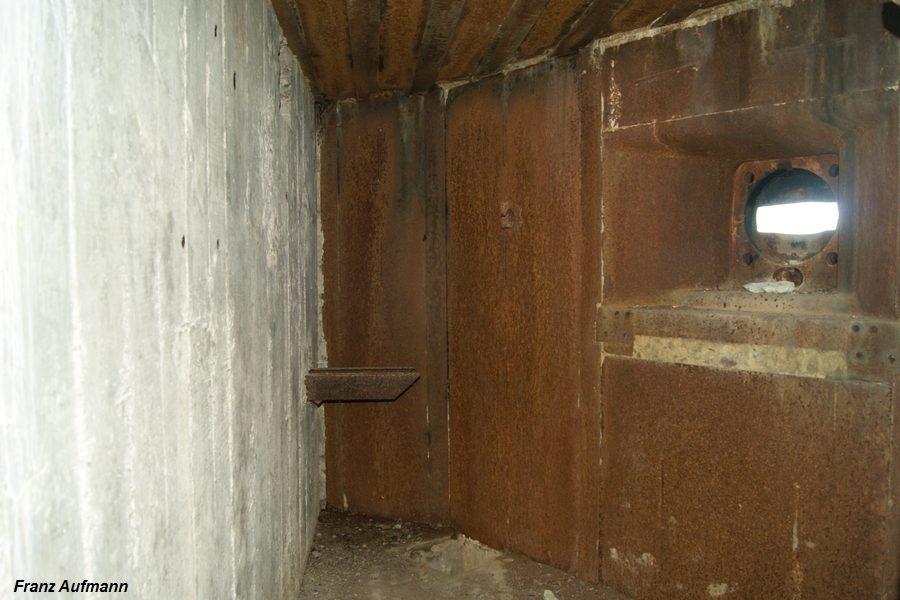 Fot. xx. Prawa izba dla ckm ze ścianą ze sztywnym zabezpieczeniem przeciwodłamkowego. (Linia Mosty Małe, Rawsko-Ruski Rejon Umocniony).