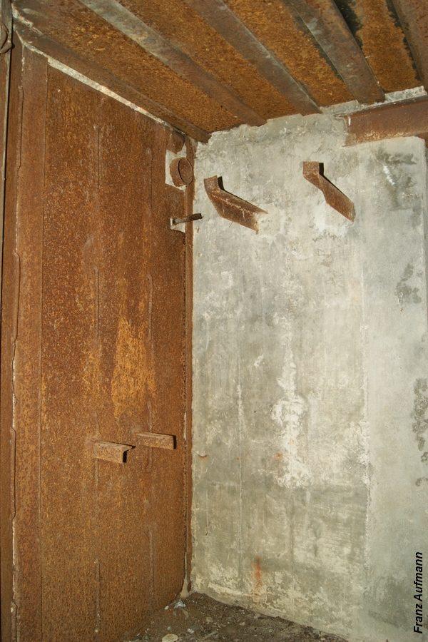 Fot. xx. Prawa izba dla ckm ze ścianą ze sztywnym zabezpieczeniem przeciwodłamkowego. (Linia Mosty Małe , Hrebcianka, Rawsko-Ruski Rejon Umocniony).