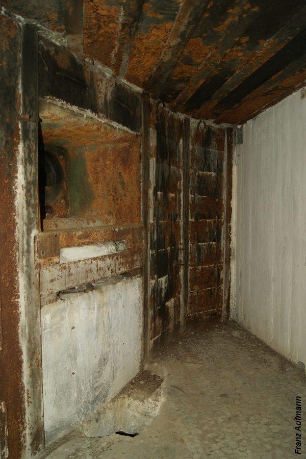 Fot. xx. Lewa izba dla ckm ze ścianą ze sztywnym zabezpieczeniem przeciwodłamkowego. (Linia Mołotowa , Hrebcianka, Rawsko-Ruski Rejon Umocniony).
