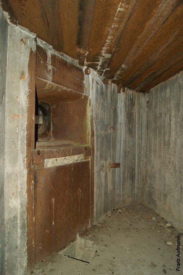 Fot. xx. Lewa izba dla ckm ze ścianą bez sztywnego zabezpieczenia przeciwodłamkowego. (Linia Mołotowa , Mosty Małe, Rawsko-Ruski Rejon Umocniony).