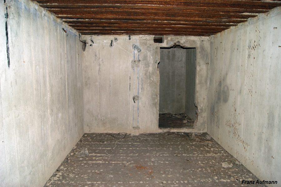 Fot. Pomieszczenie na skład amunicji i szyb łączący obie kondygnacje. W głębi wejście do 2 śluzy przeciwgazowej.