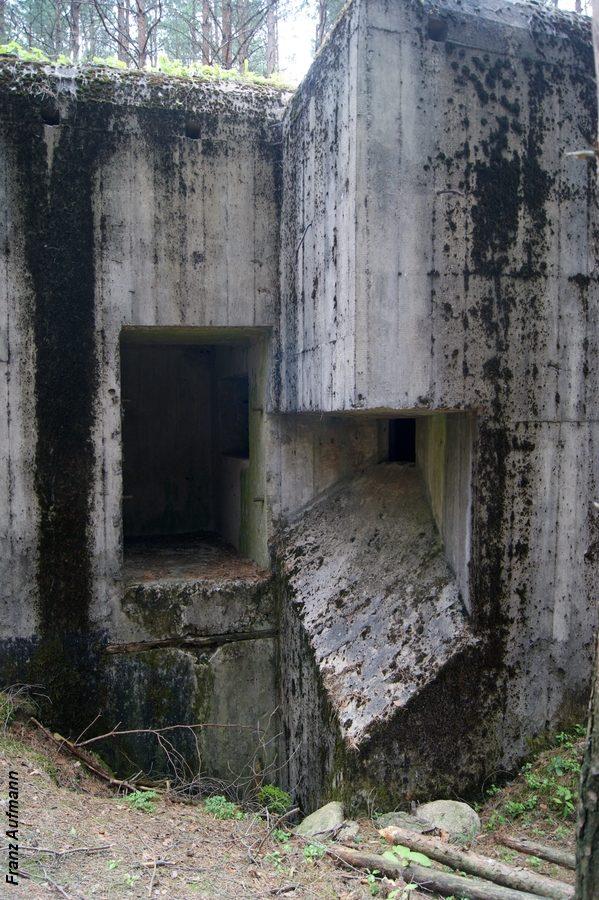 Fot. Wejście do schronu. Brak zewnętrznego szybu wyjścia ewakuacyjnego, który znajdował się poniżej wejścia do schronu.