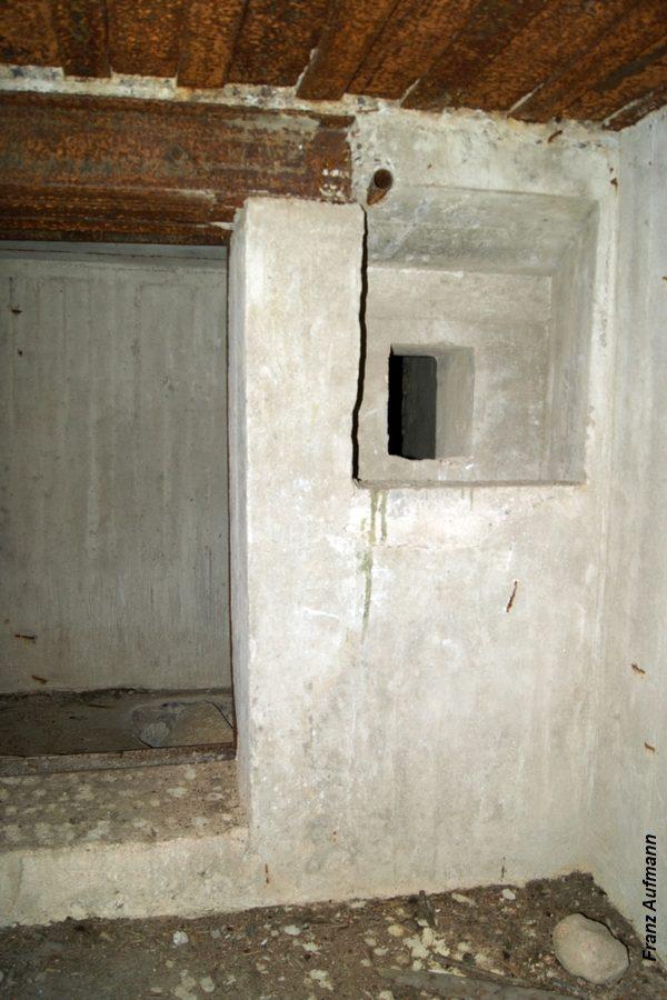 Fot. Widok wejścia do schronu ze strzelnicą obrony od strony śluzy przeciwgazowej.