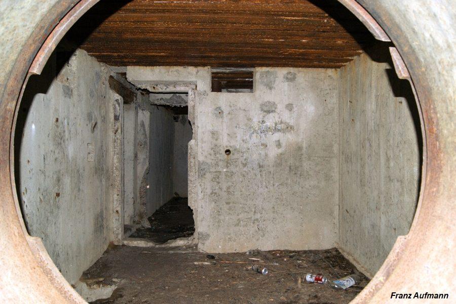 Fot. Widok izby bojowej po przez zdemontowane stanowisko Ł-17. Pierwsza izba od strony orylonu.