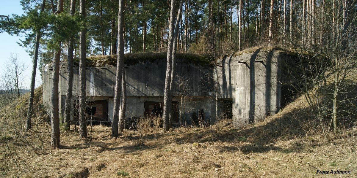Linia Mołotowa. APK - dwukondygnacyjny schron na dwie 62 mm armaty, ckm w orylonie i rkm obrony wejścia i zapola (Przyborowo, Osowiecki Rejon Umocniony).
