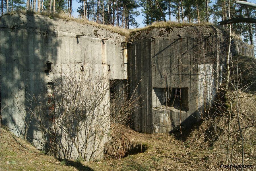 APK - dwukondygnacyjny schron na dwie 62 mm armaty, ckm w orylonie i rkm obrony wejścia i zapola (Przyborowo, Osowiecki Rejon Umocniony).