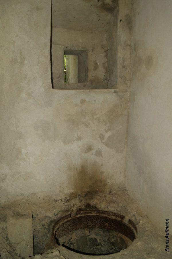 Fot. Pomieszczenie ze strzelnicą obrony wejścia. W fundamencie pionowy szyb ujęcia wody i wyjścia ewakuacyjnego.